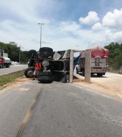 Genera caos vial la volcadura de camión con grava en la carretera Playa-Tulum