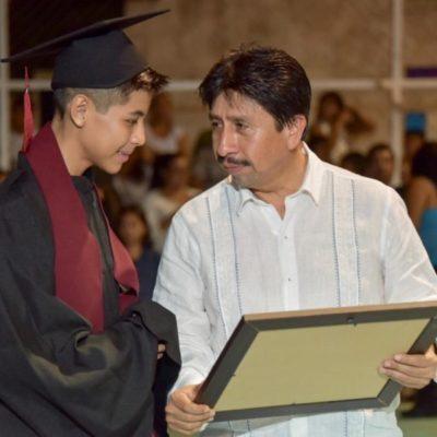 Víctor Mas reconoce el esfuerzo de estudiantes durante ceremonia de graduación