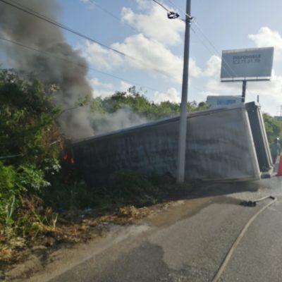 APARATOSO ACCIDENTE EN PUERTO AVENTURAS: Imprudencia de ciclistas que subieron el puente ocasiona que un auto y un tráiler se salgan del camino