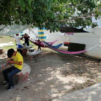 Familiares de pacientes acampan en áreas verdes del Hospital General de Playa del Carmen por falta de funcionamiento del albergue