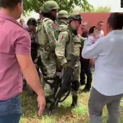 VIDEO   CON PALAS Y ESCOBAS: Rescatan a presunto 'halcón' detenido por militares en Michoacán