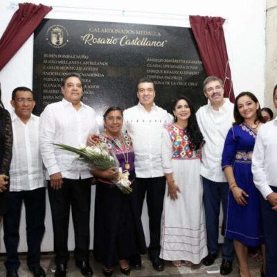 Otorga Chiapas la Medalla Rosario Castellanos a la escritora indígena Petrona de la Cruz