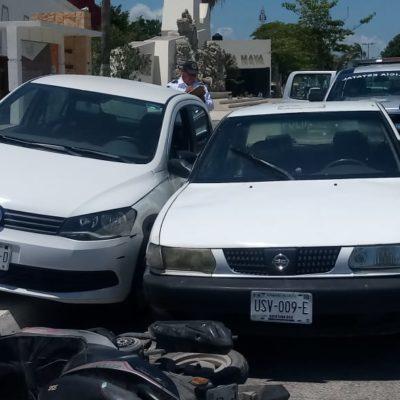 Coche se monta en banqueta y choca carro y moto, en Chetumal