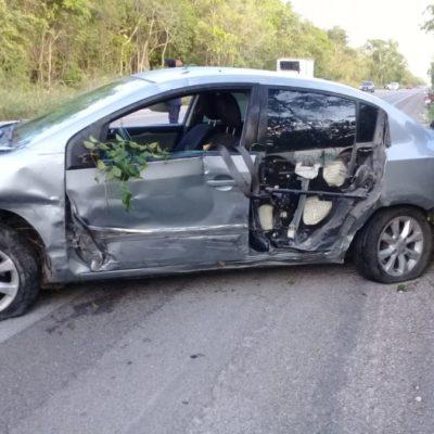 Choque entre vehículos por invasión de carril en carretera Tulum-Cobá