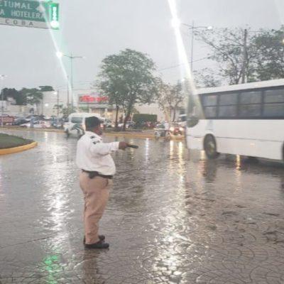 Lluvias provocan encharcamientos, daño a semáforos y varios accidentes en Cancún