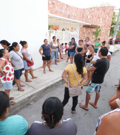 """Padres de familia del jardín de niños """"Minerva Lara Gómez"""" se manifiestan para exigir la destitución de la directora del plantel, en Cancún"""