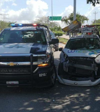 Choca patrulla frente al Colegio Weston de Playa del Carmen