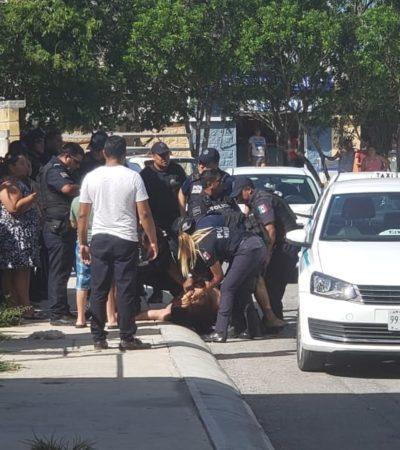 Policías sacan a hombre de casa por grabarlos en Playa del Carmen