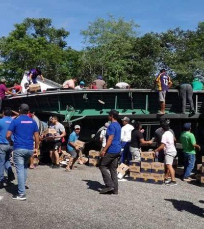 Rapiñan tráiler de cerveza que volcó entre Kopomá y Maxcanú