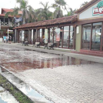 Aguas negras que rebosan en el centro de Cozumel afectan a comercios y turistas