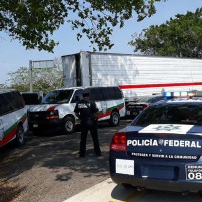 Rescatan a 65 migrantes indios que fueron abandonados en la caja de un tráiler en Veracruz