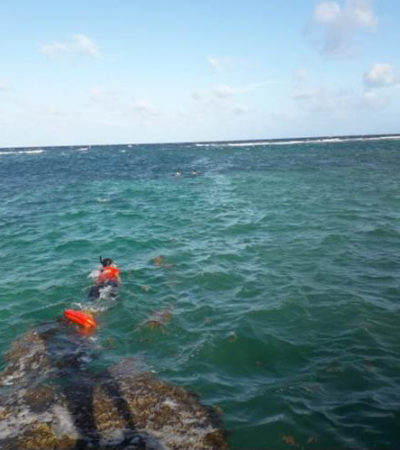 Rescatan a dos menores en Mahahual que zozobraron en kayak