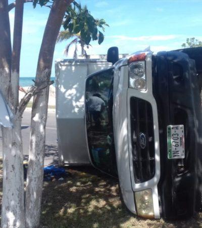Vuelca camioneta en el bulevar Bahía de Chetumal