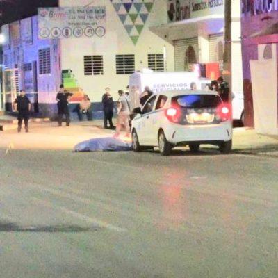 Ejecutan a un taxista durante la madrugada afuera del bar 'El Muchacho Alegre' de la colonia Ejidal de Playa del Carmen