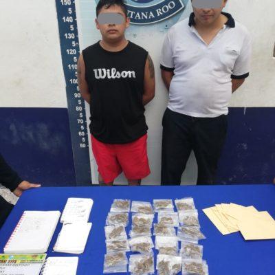 LLEVABAN LIBRETAS DE ANOTACIONES, PERO NO PARA LA TAREA: Detienen en Cancún a un taxista y a su acompañante con 20 bolsitas con marihuana y dinero