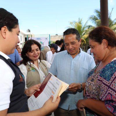 SUMAN 40 CARAVANAS EN TRES AÑOS: Atiende Carlos Joaquín a ciudadanos durante jornada de servicios en Cozumel