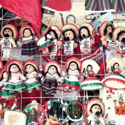 """""""AHORA A DURAS PENAS VENDEMOS TRES BANDERAS GRANDES"""": Venta de juguetes y artesanías patrias disminuye un 25 por ciento este año en Cancún"""