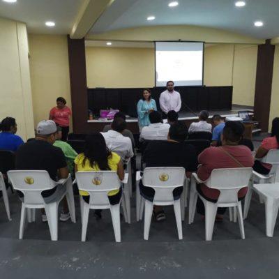 """Taxistas de Cozumel toman cursos del """"Distintivo T"""" para mejorar el servicio de transporte"""