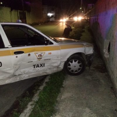 Se vuela un alto y proyecta a un taxi contra el muro de contención en Chetumal