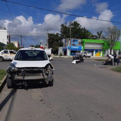 'Arrolla' taxi a motociclista en Chetumal
