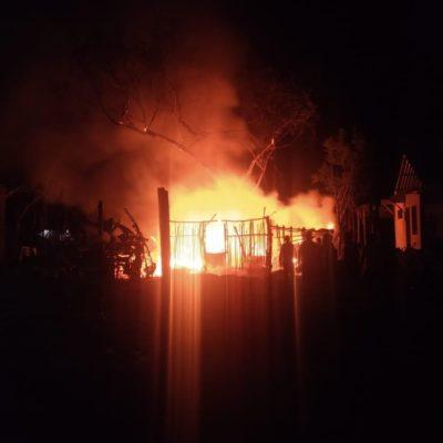 Arde palapa en predio irregular de Tulum
