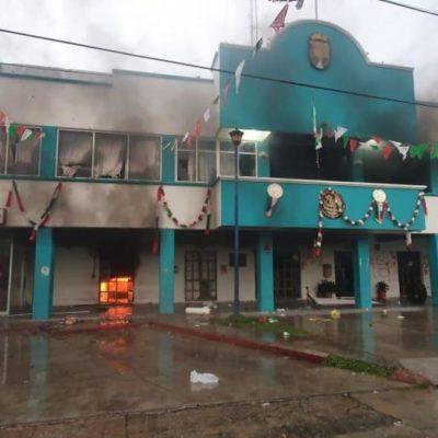 Son obligados a desbloquear una carretera en Chiapas y se van al palacio municipal para prenderle fuego