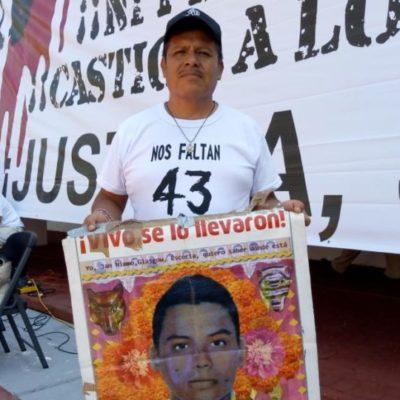 Activistas de Cancún realizan mitin en el palacio municipal durante la Jornada de Acción Global por los 43 estudiantes desaparecidos en Ayotzinapa
