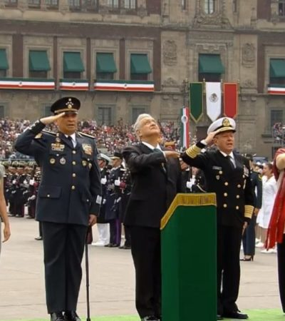 Pasa AMLO revista a tropas en el Zócalo; paracaidista sufre accidente