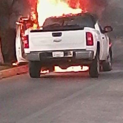 Se le incendia camioneta mientras aguardaba en semáforo de Chetumal