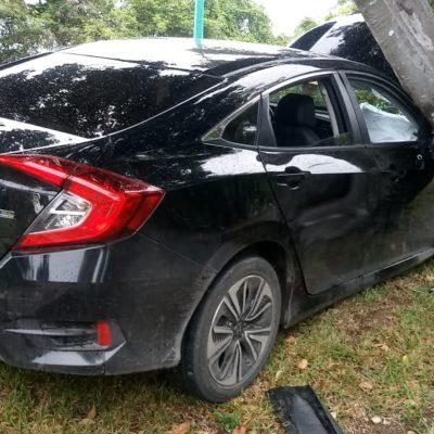 Choca su auto contra un árbol frente al Rancho 'El Mostrenco' en Chetumal