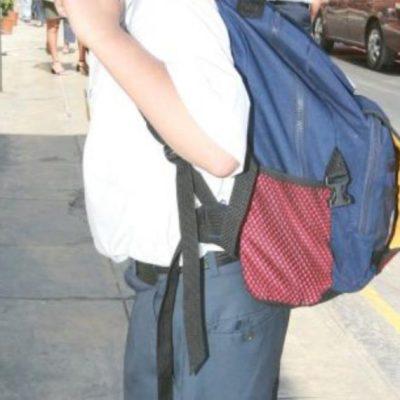 Roba niño útiles escolares para poder hacer su tarea; policías los pagan a la tienda