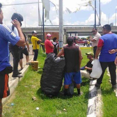 Vuelca tráiler de cervezas en glorieta del periférico y se desata la rapiña en Mérida