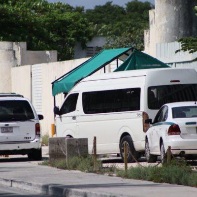 """""""NOSOTROS GANAMOS EL LUGAR"""": Taxistas de Cancún se apropian de la Zona Hotelera, estacionamientos, banquetas y paraderos de transporte público enfrente de las autoridades"""
