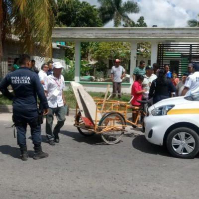 Taxista arrolla a triciclero y huye del lugar abandonando la unidad en Chetumal