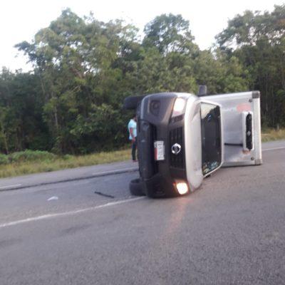 Camioneta acaba de costado en Bacalar