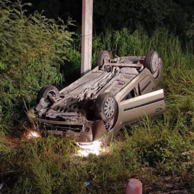 Borracho vuelca coche y lo abandona en carretera federal entre Playa y Puerto Morelos