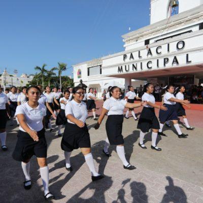 Destacan la participación de ciudadanos en el desfile de Playa del Carmen