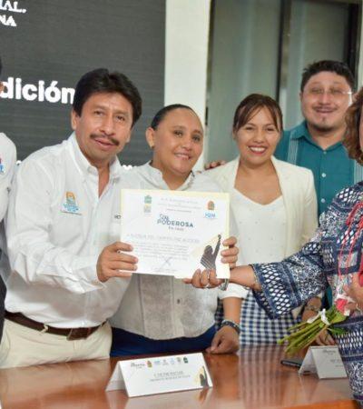 Víctor Mas Tah entrega reconocimiento 'Soy Poderosa' a ocho mujeres de Tulum