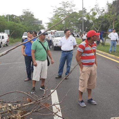 BLOQUEAN ACCESO A CHETUMAL: Habitantes de la colonia Nuevo Progreso-Tamalcab presionan para evitar remate de sus predios por conflicto de inmobiliaria con el SAT