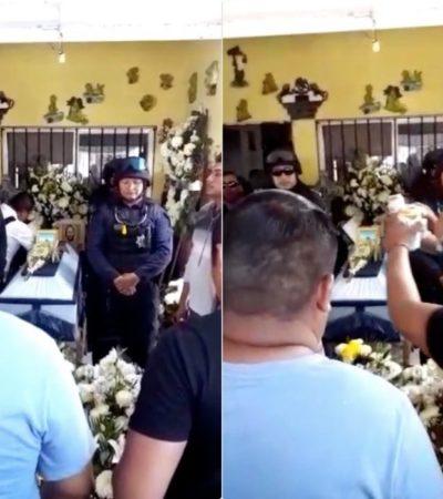 """""""SALUD POR ALBIN, SALUD POR EL CORAZÓN AZUL"""": Con tristeza e indignación, despiden familiares y amigos al policía asesinado por sicarios en Cancún"""