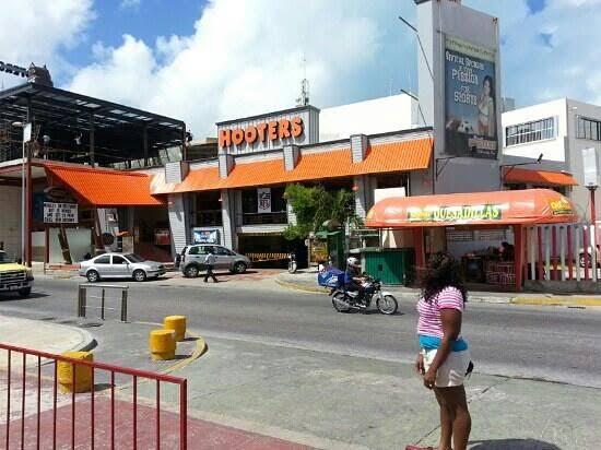 Detienen a dos hombres que asaltaron el restaurante-bar Hooters de la Zona Hotelera de Cancún
