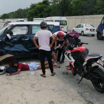 Choque entre motocicleta y automóvil deja tres heridos en Playa del Carmen
