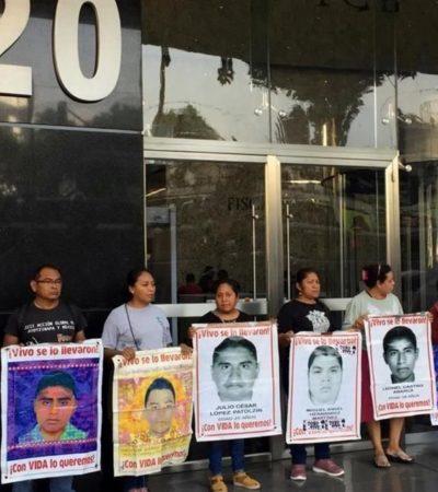 Protestan familiares de los '43 de Ayotzinapa' frente a la FGR a casi 5 años de su desaparición