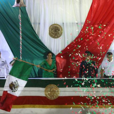 Ondeando la bandera y repicando la campana, cumple Laura Fernández con la ceremonia del Grito en Puerto Morelos