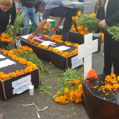 Protestan alcaldes con ofrenda a la 'muerte por inanición' de los municipios y la federación