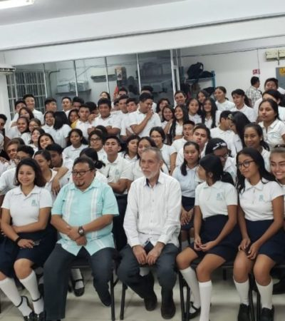 Ramón Iván Suárez Caamal y Antonio Ramírez Canul creadores de la letra y música del Himno a Quintana Roo visitan escuelas de Isla Mujeres