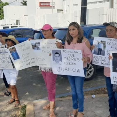 Familiares del policía procesal Ali Gamel, exchofer de Alberto Capella, se manifiestan frente a la FGE para exigir justicia a 100 días de su asesinato en Chetumal