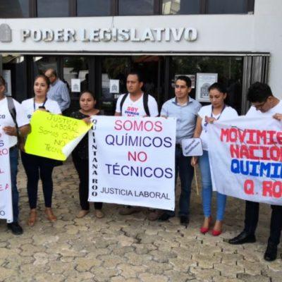 SOMOS QUÍMICOS, NO TÉCNICOS: Durante comparecencia de la secretaria de Salud, químicos se manifiestan afuera del Congreso para exigir la reclasificación salarial en QR