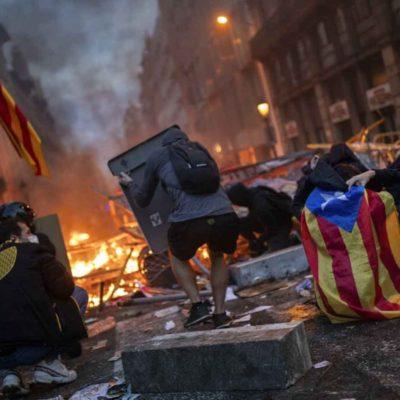 Desatan caos protestas pro independentistas en Barcelona