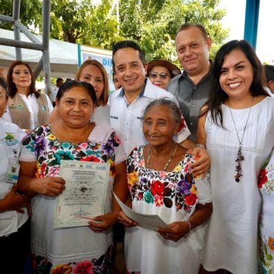 Entrega Gobernador títulos de propiedad con rezagos de hasta 30 años y acerca trámites más de 80 trámites a vecinos de X-Pichil, en Carrillo Puerto